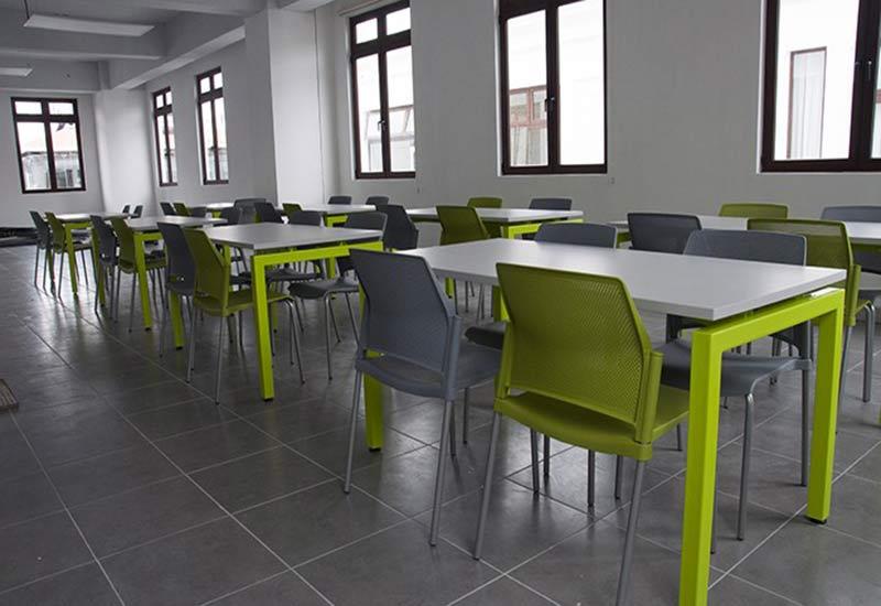 Sillas y mesas para comedores industriales verdes