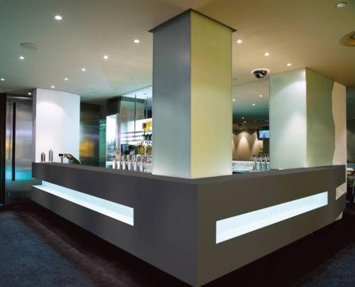 Barra de corian color concret para hotel proyectos industriales