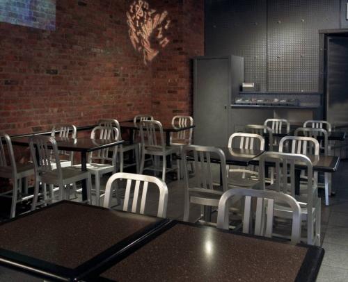 Mesas para bar restaurantes en CORIAN con bordes negros corian