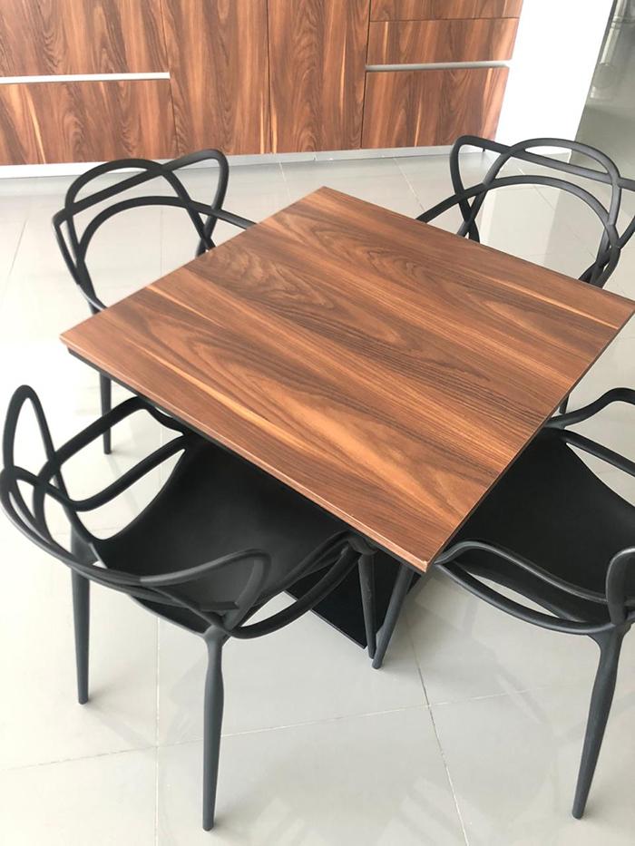 mesa laminado plastico  y sillas trix negro